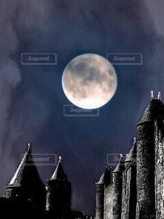 暗闇の中の月と建物の写真・画像素材[3658287]