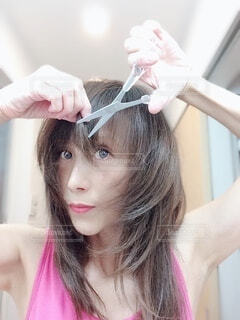 髪の毛を切っている女性の写真・画像素材[3700461]
