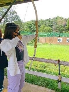 弓矢を持っている女の子の写真・画像素材[3760709]