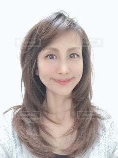 カメラに向かって微笑む女性の写真・画像素材[3825350]