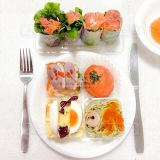 テーブルの上の食べ物の写真・画像素材[4052185]