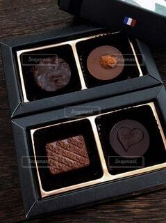 テーブルの上のチョコの写真・画像素材[4152542]