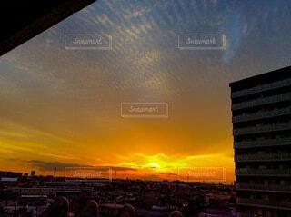 都市に沈む夕日の写真・画像素材[4159973]
