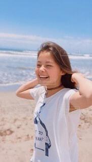 ビーチに立つ女の子の写真・画像素材[4159988]