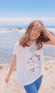ビーチに立っている人の写真・画像素材[4171413]