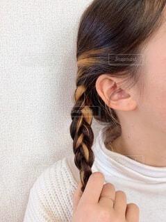 三つ編みした髪の毛の写真・画像素材[4187318]