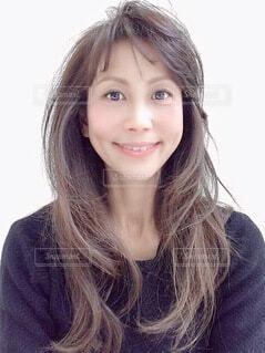 カメラに向かって微笑む女性の写真・画像素材[4200721]