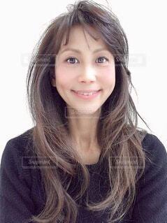 カメラに向かって微笑む女性の写真・画像素材[4200722]
