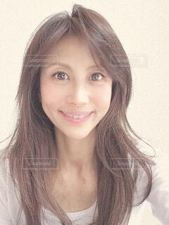 カメラに向かって微笑む女性の写真・画像素材[4200725]