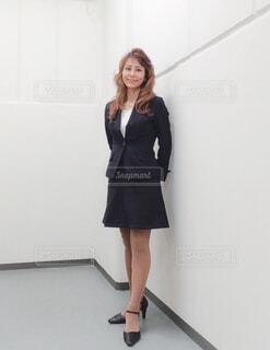 カメラの前に立つ女性の写真・画像素材[4235637]