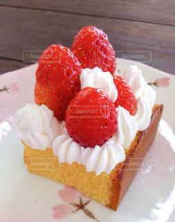 皿の上のケーキの写真・画像素材[4235646]