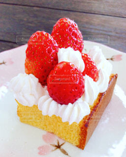 皿の上のケーキの写真・画像素材[4235647]