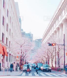 街の通りを歩いている人の写真・画像素材[4309620]