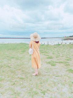 芝生に立っている女性の写真・画像素材[4602609]