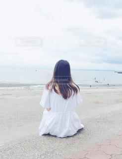浜辺に座っている女の子の写真・画像素材[4602635]