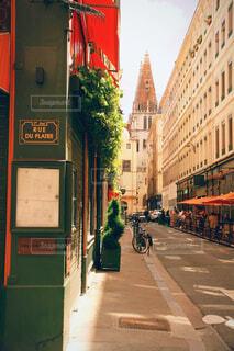 建物がある狭い街の通りの写真・画像素材[4602649]
