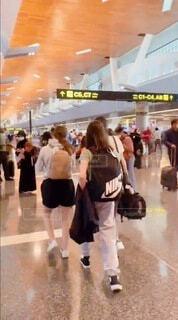 空港の中を歩く人の写真・画像素材[4642037]
