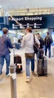 空港で荷物を持っているグループの写真・画像素材[4642036]