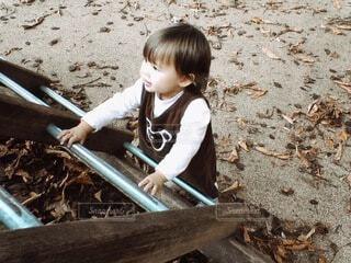 地面に立つ赤ちゃんの写真・画像素材[4839969]