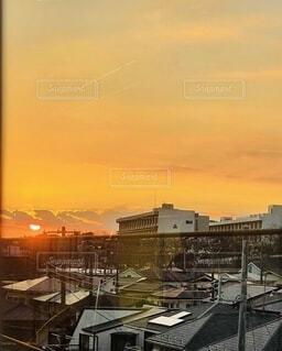 夕日を背景にした建物の写真・画像素材[4934552]
