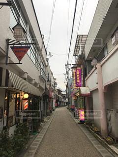 背景の建物の狭い街の写真・画像素材[1064356]