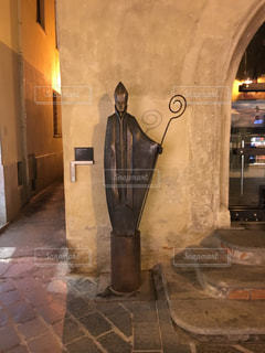 建物の側に立つ聖職者の写真・画像素材[1030894]