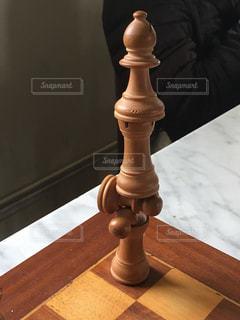 テーブルの上に積まれたチェスの駒の写真・画像素材[1030987]