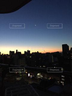 夜明けの都市の景色の写真・画像素材[1030901]