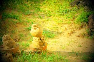 草の中に座っている消火栓の写真・画像素材[1031687]