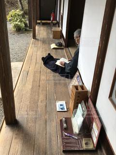 椅子に座る人の写真・画像素材[1036992]