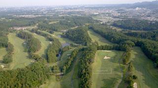 緑豊かな緑の丘の上から街の景色の写真・画像素材[1033425]