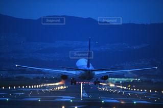 空港で滑走路に大きい飛行機の写真・画像素材[1042747]