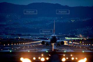 夜間の飛行場の写真・画像素材[1042748]