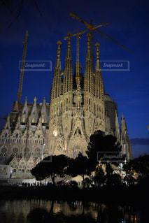 夜のサグラダファミリア教会の写真・画像素材[1042814]