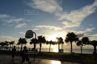 夕方のバスケットボールの写真・画像素材[1042894]