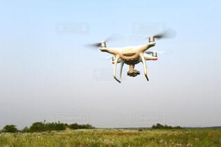 空気で飛んでいるドローンの写真・画像素材[1042902]