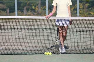 テニスコートのネットと女性の写真・画像素材[1045079]