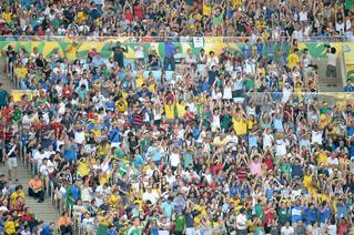 観衆の前で立っている人のグループの写真・画像素材[1045126]