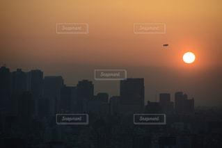 夕暮れ時の都市上空の写真・画像素材[1045823]