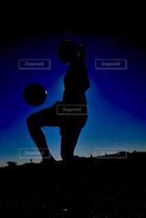 リフティングする女性のシルエットの写真・画像素材[1045838]
