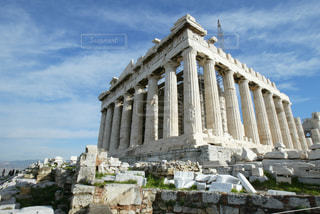 パルテノン神殿の前で大きい石造りの彫像の写真・画像素材[1046718]