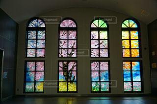 大きな窓の景色の写真・画像素材[1049102]