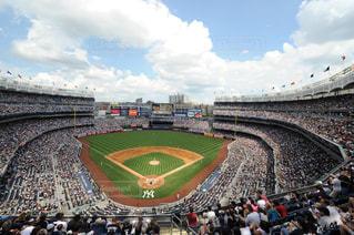 ヤンキー スタジアムと人でいっぱいスタジアムの写真・画像素材[1052003]