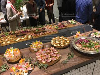 食品の完全なテーブルに座っている人々 のグループの写真・画像素材[1031500]