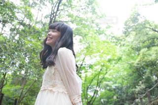 森に立っている女性の写真・画像素材[1163944]