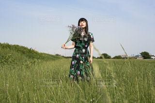 緑の草原の人の写真・画像素材[1223344]
