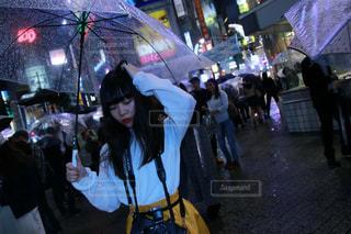 傘を持って通りを歩いて人々 のグループの写真・画像素材[1223446]