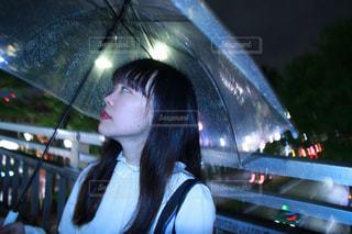 傘を持つ女性の写真・画像素材[1223451]