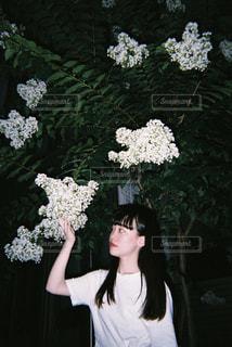 花を持っている人の写真・画像素材[1357255]