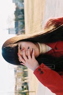 赤い帽子をかぶっている女性の写真・画像素材[1735685]